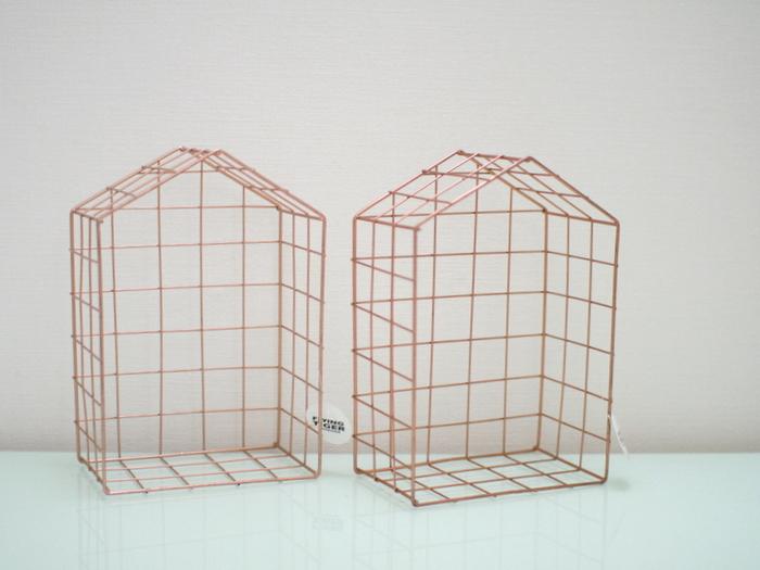 立てて置いても壁に設置しても可愛い、ハウス型のかごです。