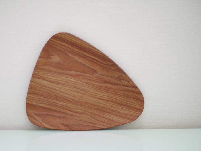 食卓で活躍するウッドプレートもフライングタイガーで。ゆるやかな三角形が個性的です。