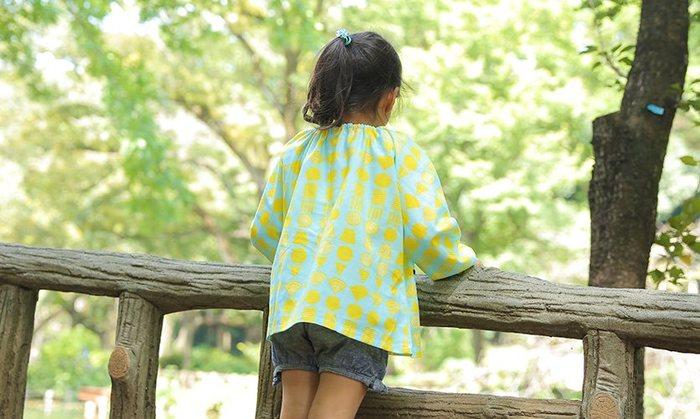 お裁縫初心者にはちょっと難しそうなスモックですが、こちらのキットは2枚の布を縫い合わせるだけのシンプルなつくりなので簡単。可愛い生地がいろいろ揃っていて、選ぶのも楽しいですよ。