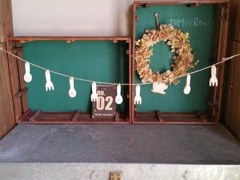 こちらはスプーン型・フォーク型にくり抜いた木かるねんどを並べてガーランドに♡キッチンのちょっとしたスペースに飾ったらかわいいですよね♪