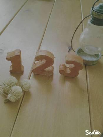 こちらは数字のオブジェです。木かるねんどならではの温かみのある風合いがとってもナチュラルなインテリア雑貨です。