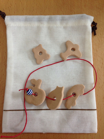 こちらは子ども用の、紐通しのおもちゃです。木かるねんどを好みの形にくり抜いて、真ん中に穴をあければ完成。お子さんのおもちゃを手づくりできますね♪