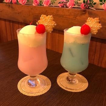こちらは季節限定の「雪のクリームソーダ」。ミルキーなパステルカラーと、雪の結晶のクッキーがかわいらしいですね。