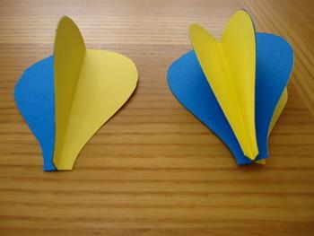 1個の気球につき型紙を6枚用意して、折ったまま貼りあわせていきます。画像のように、2枚と4枚の組を作ってください。