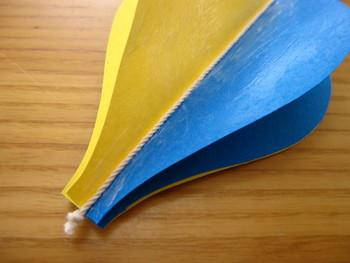 4枚組の真ん中に、結び目を作った紐を通して、その上から2枚組を貼りつけたら気球は完成です。