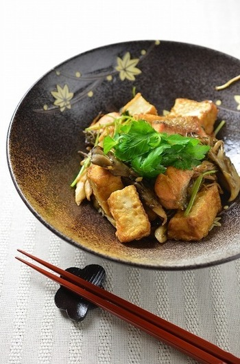 秋鮭には、きのこや厚揚げで、さっぱりお醤油風味に仕上げます。酒の肴にもぴったりな和の絶品魚料理です。