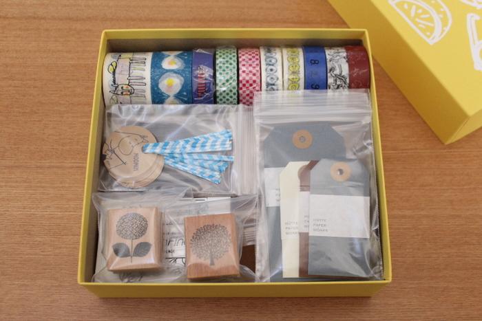 「food mood」のかわいい空き箱にはラッピンググッズを収納。  そのまま置いても良い感じです。