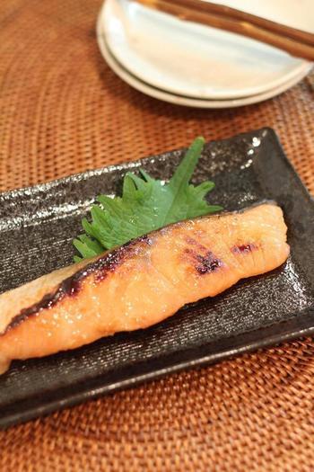 味噌にしっかり一日漬けこんだ鮭をフライパンで焼きます。味噌の味で食欲も倍増します。冷凍も出来るのでお弁当にも活躍してくれますよ。