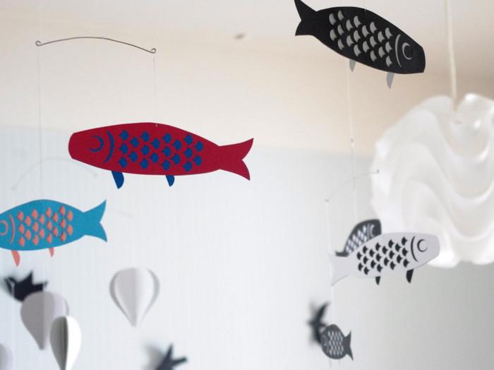 こちらは鯉のぼりのモビール。夏には魚やひまわり、スイカなどを飾るのもおすすめです。