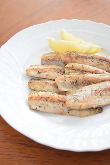 お魚が苦手な方やお子さんにもオススメのレシピです。ローズマリーの味と香りがお魚独特の風味を調和してくれます。またレモンをかけて、おやつとしても美味しい一品です。