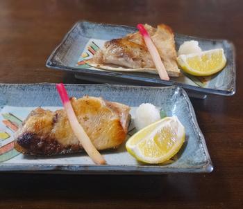 鰤の中でも最も美味しいと言われているブリカマをフライパンで塩焼きにしたレシピです。少しの手間で美味しくふっくらなご飯のお供の出来上がりです!