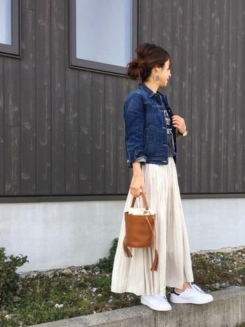 軽やか素材のロングスカートに、革ベルトのダニエルウェリントン。今すぐ真似したくなる素敵コーデですね。