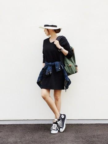 ブラックワンピースに、黒い革ベルトのダニエルウェリントンがきちんと感をプラス。細目のカジュアルブレスレットを重ね付けして、華奢な感じがかわいいですね。