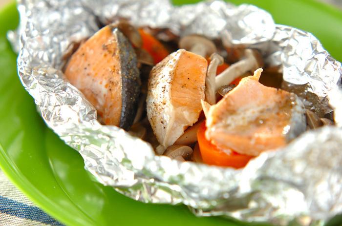 ポピュラーな鮭のホイル焼きをアレンジしたレシピです。ポテトを入れたり、香辛料で大人味にしたり。アレンジも自由自在なので、ホイル焼きは困ったときの強い味方です!
