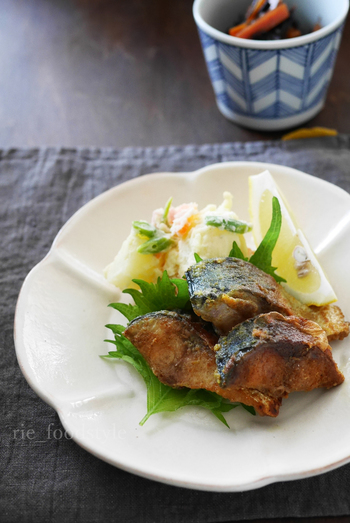 フライパンで魚料理、は日本の食材を洋風アレンジするのにぴったり。青魚特有の匂いが苦手なお子さんや大人の方にもオススメのレシピです。カレー粉をまぶすだけで、絶品おかずになりますよ。