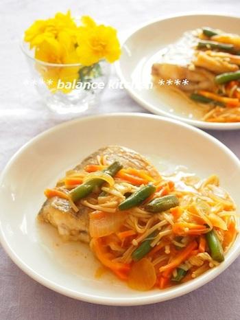 太刀魚の切り身を使っていますが、他のお魚でもアレンジ可能です。カレー粉とトマトケチャップで甘酢を作っているので、小さなお子さんやシニアの方にも馴染みのある味つけです。お野菜もたっぷり入ってヘルシーな一皿!