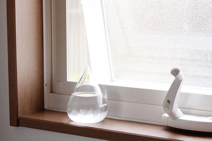 窓際にテンポドロップを置くと、外の天気を感知しやすいので、結晶の変化も著しいかもしれません。
