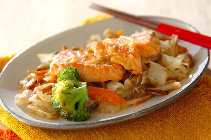 カリカリにバターで焼いた鮭にお野菜を加えて蒸し焼きにします。白味噌で作った合わせダレを入れて出来上がりです!お味噌の風味があと引く美味しさです!