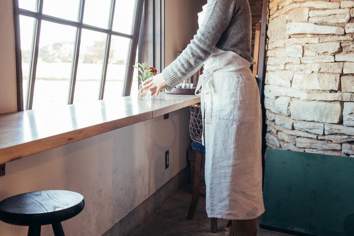 エプロンをつけているシーンで思い浮かぶのはどんな時ですか?毎日の掃除・洗濯・食事作り…。あとは近所へのお買い物の時にしていく、という方もいるのではないでしょうか?