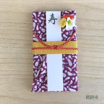 手ぬぐいでできたご祝儀袋は、素朴なナス柄と黄色の帯が浴衣姿みたいです。