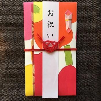 ドレスで参加する結婚式なら、輸入壁紙で作られたマリメッコ柄のご祝儀袋がぴったり。ビビッドな色使いで、印象に残るコト間違いなしです!