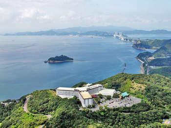 兵庫県の南方に位置する、瀬戸内海では最大の島です。 北から、淡路市、洲本市、南あわじ市の3市で区分されています。  神戸から明石海峡大橋を渡り、1時間ほどで行けるとアクセスの良さからも関西圏ではリゾート地としても名高いです。