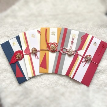 水引の中央に、チェインメイルのモチーフを施した祝儀袋。祝儀袋として贈った後はチェーンを通して、思い出のネックレスとして使ってもらえます。