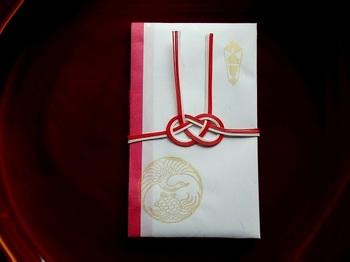 """こちらは一般的な「結び切り」のご祝儀袋。 「結び切り」は、一度結ぶとほどけないことから""""一生涯結ばれる""""という願いが込められており、結婚祝いのご祝儀袋として使われます。"""