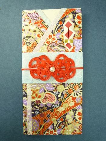 友禅和紙と襖紙を使った、着物のようなデザインの祝儀袋。日本古来の良さを感じさせながら艶やかな色合いです。
