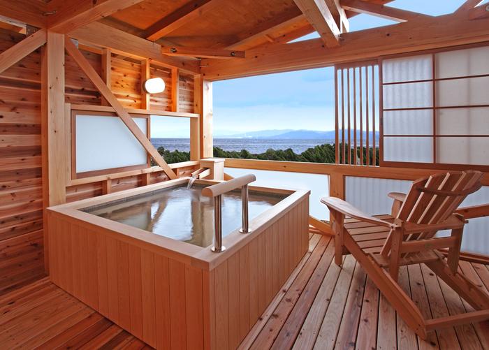 洲本温泉は、旅の疲れを癒すのにうってつけです♪ 海が眺められる施設もたくさんありますよ。
