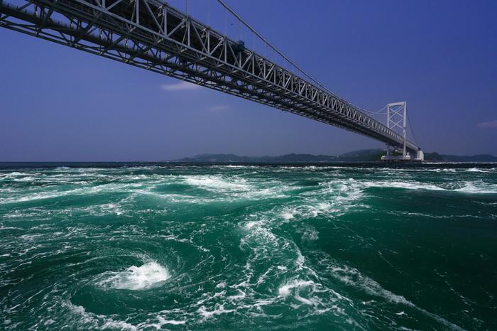 淡路島と四国を結ぶ大鳴門峡の下では、世界一のうず潮があなたを待っています♪ その迫力は圧巻です!