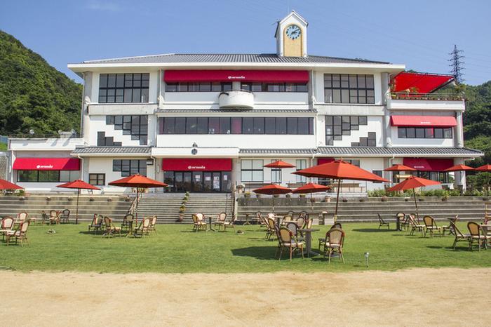 廃校になった野島小学校を改装した、のじまスコーラ。カフェ、リストランテ、BBQテラス、パン屋さんなどが入っています。 赤い屋根がアクセントになっていて、とってもキュート!
