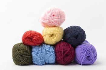 糸はいろいろな太さのものがあるので、悩んじゃいますよね。 少し太めの並太糸が初心者さんにはオススメですよ。