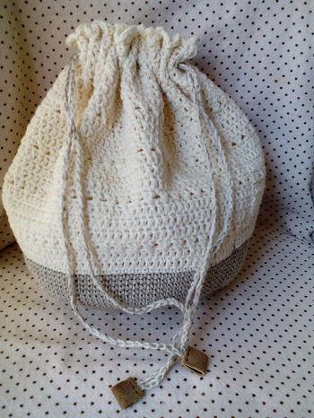 リネンの糸とコットンの糸で編まれた巾着。ナチュラル感がいいですね。
