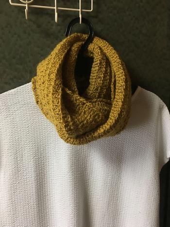 ウールの糸を使ってスヌードも手作り。