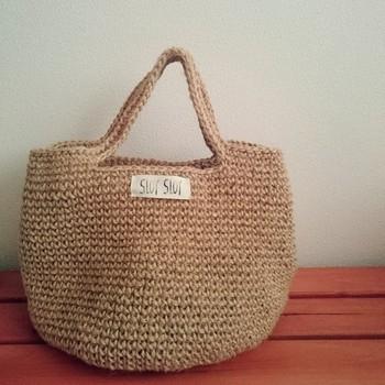 麻で編まれたバッグ。シンプルなので、どんな服にも合わせやすそうです。