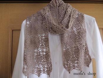 「パイナップル編み」で編まれたストール。繊細な模様はかぎ編みならでは。