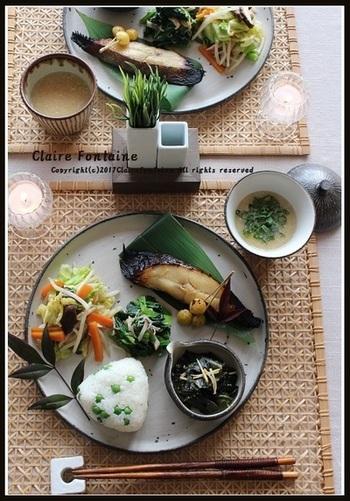 焼き魚、味噌汁、和え物、香の物…。まさに日本の食卓です。  友達とのおしゃれなランチはパスタやサラダでも、毎日食べて飽きないのはやっぱりこんなごはん。