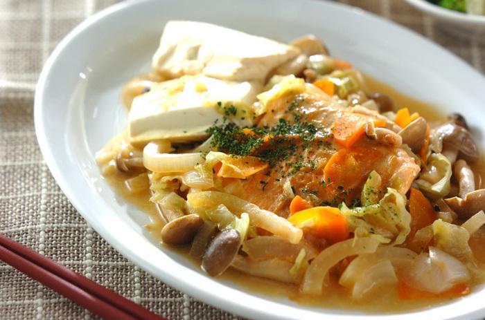 少し深めのフライパンで、魚にさっと火を通してお野菜や豆腐などと蒸し焼きに...お腹も心も満足なレシピです。