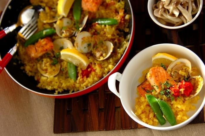 生鮭をオリーブオイルで両面よく焼いて、フライパンひとつで作る焼き魚のアレンジには、うれしいパエリアです。熱々をそのままテーブルへ運べてしまうので、家族や友人とのごちそうディナーにオススメです!