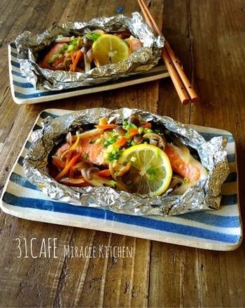 お魚に野菜をホイルに包んで、水を張ったフライパンに入れて放置するだけ。仕上げにバター醤油で味付けして、ちょっぴり濃厚で味わい深い一品です。