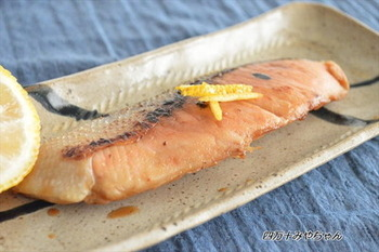 たっぷり脂ののった鮭は脂が自然に出てくるので、こまめにとりながらパリッと焼きあげます。フライパン焼きに向いた魚だと言えるでしょう。