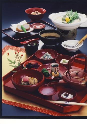 """「竹仙」で頂けるのは、会席料理やお弁当。 人気は、色とりどりの京料理がセットになった「季節のコース」の""""ゆどうふおきまり""""(「京生ゆばお造り」付きとなしの二種類)。料理は、八寸、ごま豆腐、あえ物、炊き合わせ、油物、ご飯、香の物等など。 【画像は""""ゆどうふおきまり""""の京料理。】"""