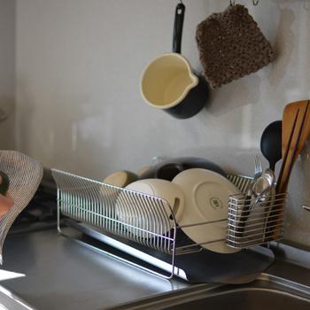 縁がやや広がっているので、食器を入れやすく、取り出しやすいのも◎ 箸たても付属で、また汚れたらとりはずして簡単に洗うこともできます。