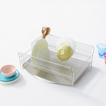 縦に置いても、横に置いても突起のおかげで崩れる心配なく皿洗い完了♪ 名前通り、鼻歌がでちゃうスムーズさ。