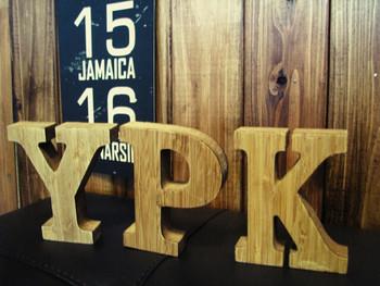 木製のアルファベットオブジェはどこに飾っても素敵。好きな色に塗ってDIYするのも良さそう。