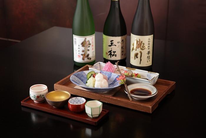 味の変化において、一番わかりやすいのが器の大きさです。器に入れる酒の量が多いと飲みきるまで時間がかかり、温度によって味が変化してくるのです。温度変化が起こる前に呑み切ることができるのがベストなので、夏にぴったりのきんきんに冷やした日本酒を飲む際は、小さめの酒器を選びましょう!