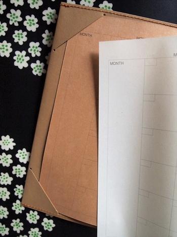 手帳カバーをオリジナルデザインにするとますます愛着がわきますね♡シンプルなものでも、気分に合わせてカバーを衣替えしても◎。
