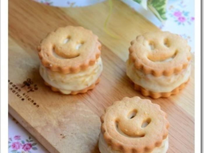 スイートポテトを挟んだスマイルクッキー。シンプルなクッキーもこのようにアレンジすると、美味しさも特別感もアップしますね。夏にはアイスクリームを挟んでも美味しいですよ♪