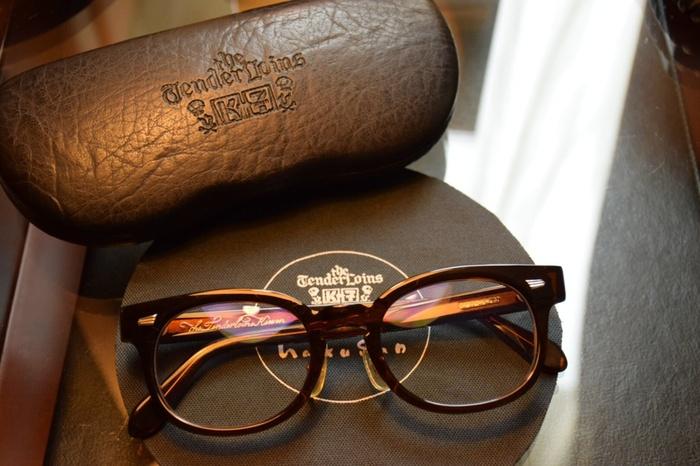 メガネケースや小物に至るまで、全てがオリジナルというこだわり。ノスタルジックな雰囲気の眼鏡は、1本持っているとファッション小物としても優秀!いつものコーディネイトを、ワンランクアップさせてくれます。
